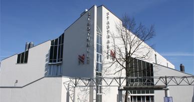 Ansicht von der Hauptstraße auf die Stadthalle Neusäß.