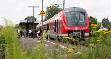 Der Fugger-Express fährt in den Neusässer Bahnhof ein. Foto: Arnulf Hettrich