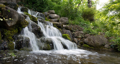 Erfrischend und belebend: Der Wasserfall im Schmutterpark. Foto: Ulrike Klumpp