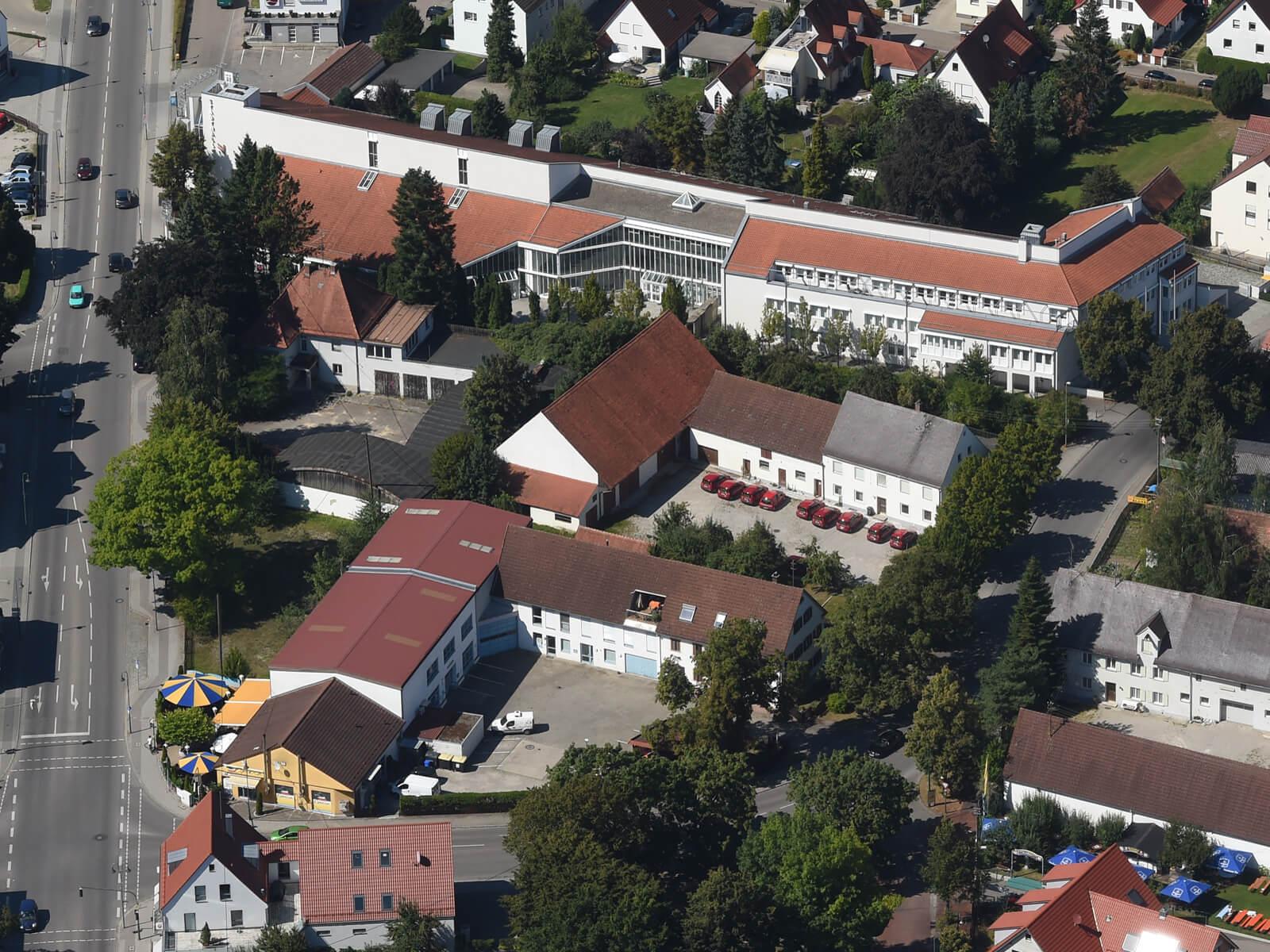 Blick von oben auf das Rathaus sowie die Stadthalle und die Umgebung. Foto: Marcus Merk