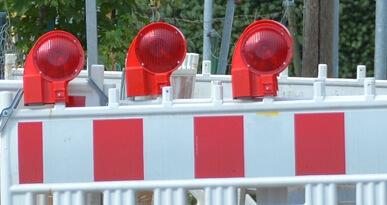 Absperrung einer Baustelle mit einer rot-weißen Barrikade. Foto: Kerstin Weidner