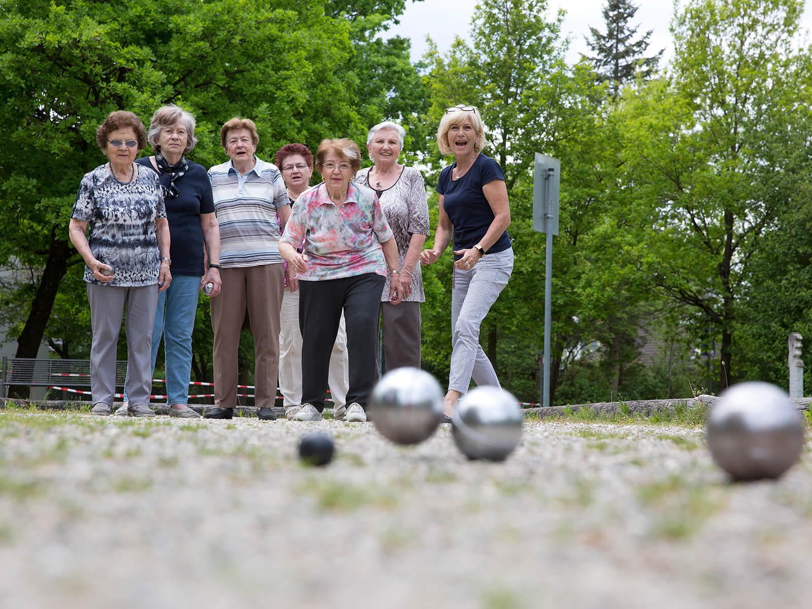 Die Bewohner des Betreuten Wohnens der Franzensbader Straße spielen Boule im Schmutterpark. Foto: Ulrike Klumpp