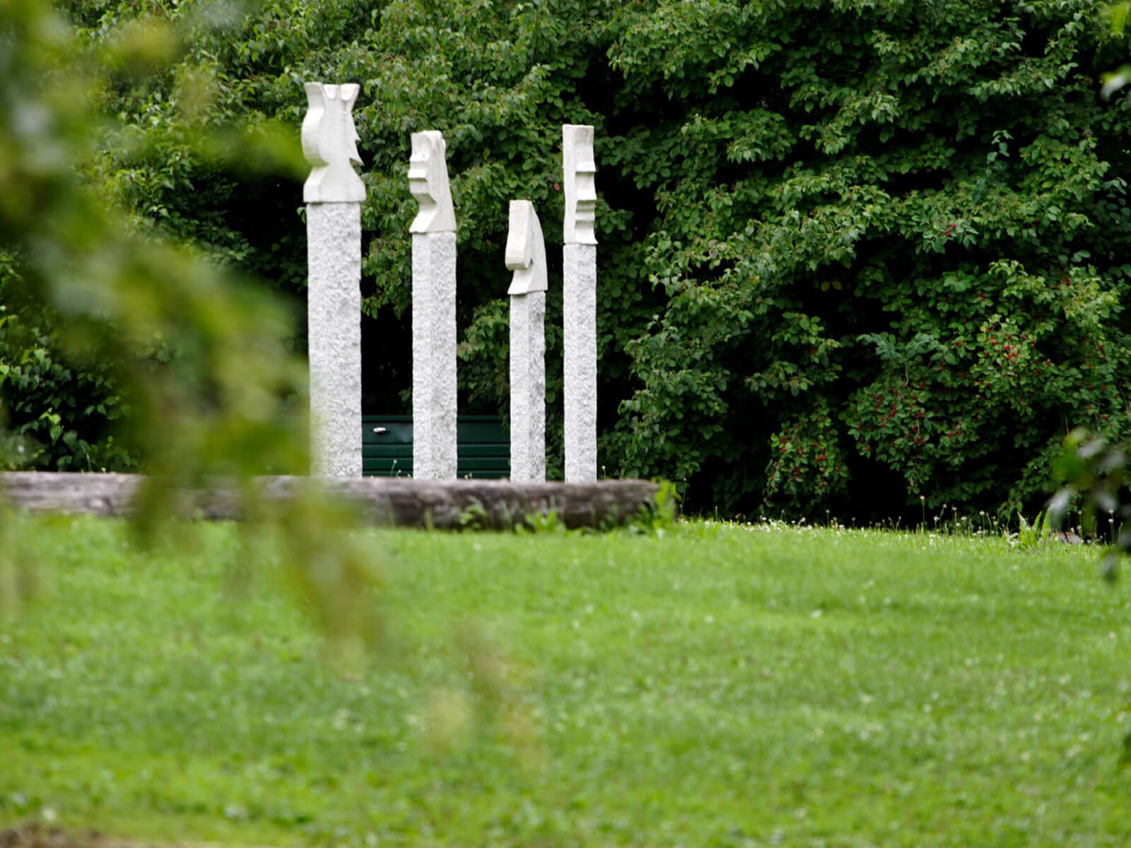 Schackskulpturen im Schmutterpark. Foto: Arnulf Hettrich.