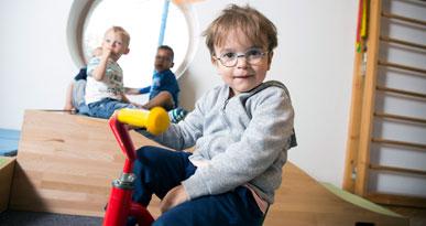 Mit dem Dreirad unterwegs: Ein Junge in der städtischen Kinderkrippe. Foto: Ulrike Klumpp