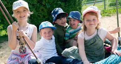 Kinder in der Vogelnestschaukel. Foto: Ulrike Klumpp