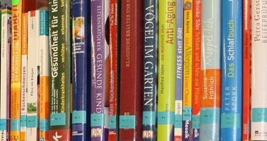 Ausreichend Lesestoff: Ein Regal voller Bücher. Foto: Kerstin Weidner
