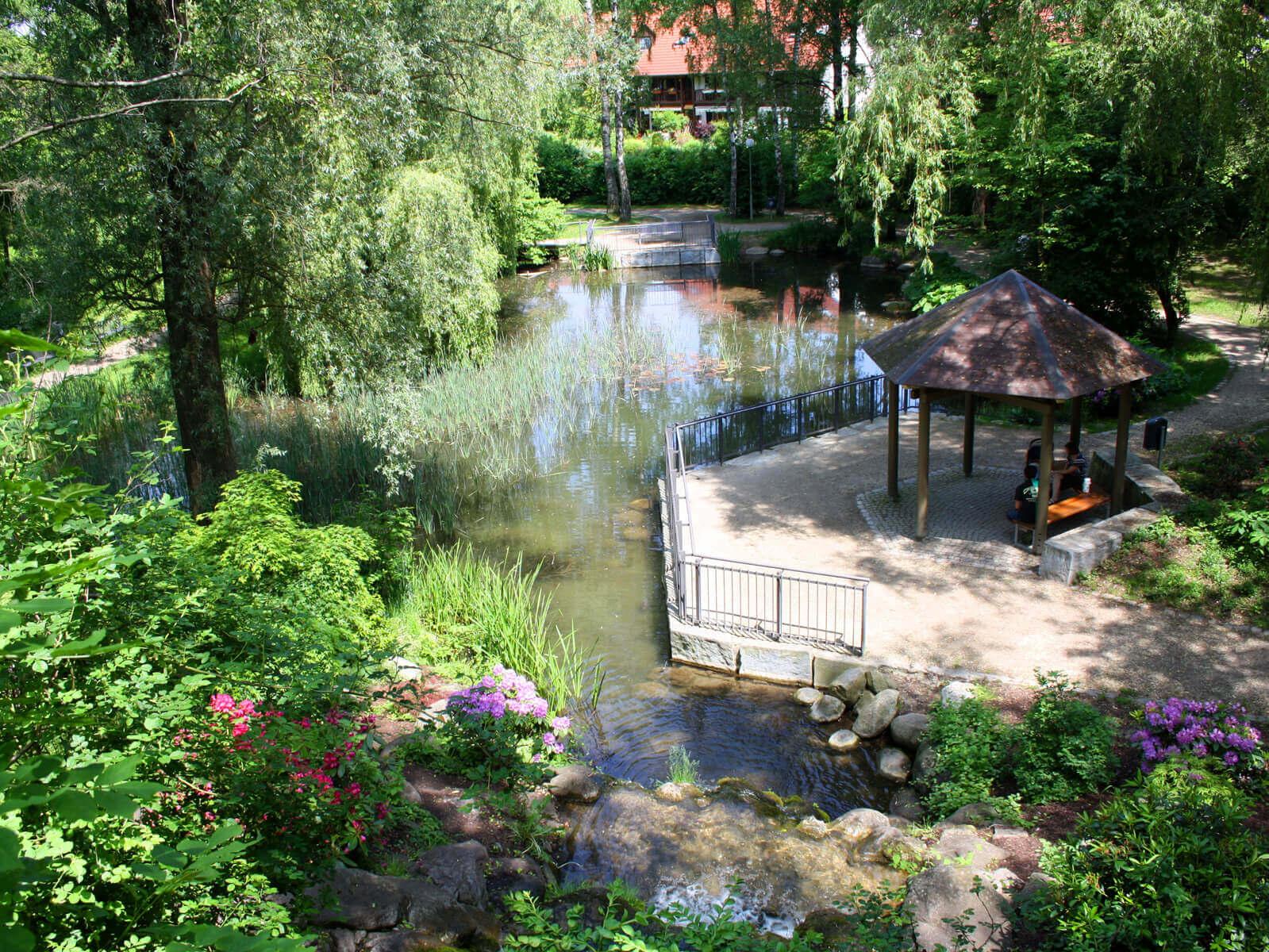 Blick auf den Pavillon und Teich im Schmutterpark. Foto: Kerstin Weidner