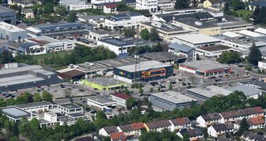 Blick von oben auf die Geschäftsstraße Daimlerstraße. Foto: Marcus Merk
