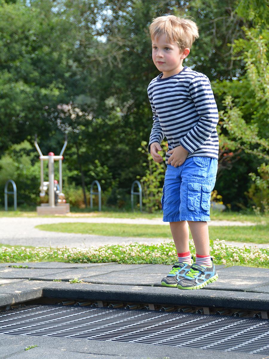 Ein Kind hüpft auf dem Trampolin