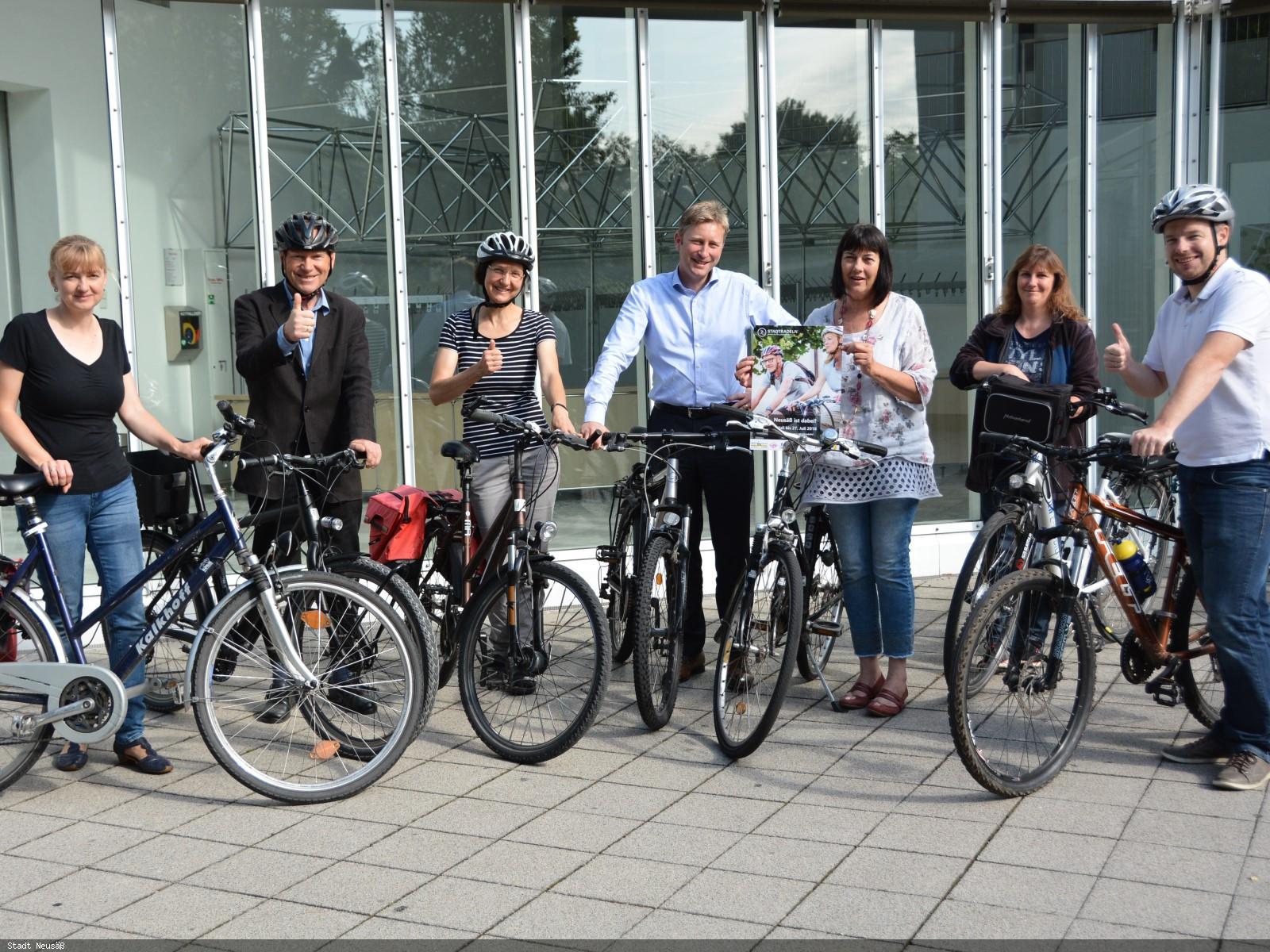 Erster Bürgermeister Richard Greiner (mitte) und seine Mitarbeiterinnen und Mitarbeiter freuen sich auf die Aktion STADTRADELN in Neusäß.