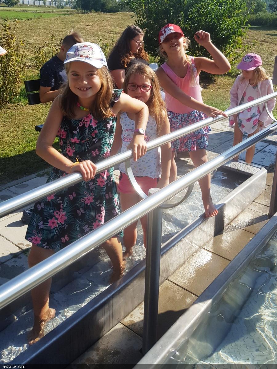 Für Abkühlung sorgte ein Ausflug mit Picknick zum Kneipp-Becken im Rahmen des Ferienprogramms der Stadt Neusäß.