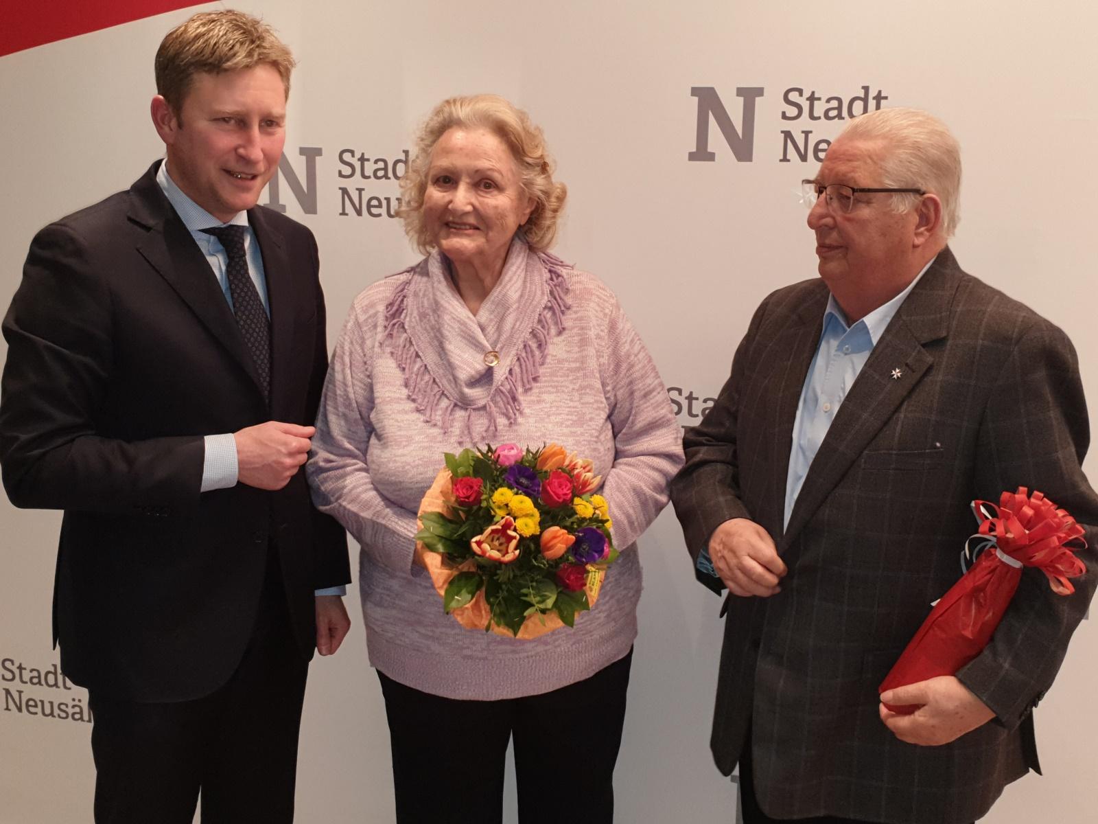 Wurden im Amt des Seniorenbeiratvorsitzes bestätigt: Ingeborg Gah (Mitte) und Ernst Rauh (rechts) nehmen die Glückwünsche von Ersten Bürgermeister Richard Greiner entgegen.