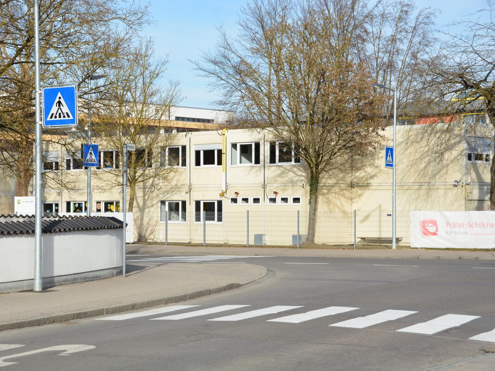 Zwei neue Zebrastreifen sind am Schulzentrum Neusäß entstanden.