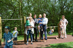 Nicht nur die Kinder, sondern auch (v.l.) 2. Bürgermeisterin Monika Uhl, Thomas Fendt von der Augusta Bank, 1. Bürgermeister Richard Greiner sowie Ulrike Micheler (ganz rechts) freuen sich über das neue Dreistufenreck im Garten.