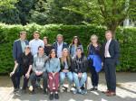 Erster Bürgermeister Richard Greiner (r.) empfängt acht Schülerinnen und Schüler und zwei Lehrkräfte aus Bressuire/Frankreich im Rathaus, begleitet von StD Rainer Bartl (l.) von der FOS Neusäß.