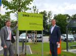 Dr. Walter Casazza (r.) eröffnet offiziell mit dem Neusäßer Bürgermeister Richard Greiner (l.) den swa Carsharing Standort auf dem Volksfestplatz in Neusäß.
