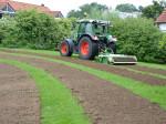 Mit dem Traktor werden Blühstreifen angelegt, auf denen insektenfreundliche Saatgutmischungen ausgebracht werden.
