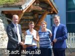 Landrat Martin Sailer (l.) und Richard Greiner (r.) überreichen Jana Freymann und Petra Voßiek vom Titania eine Dankesurkunde für Akzeptanzpartner der Ehrenamtskarte.
