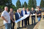 Stephan Nerz, Andreas Nerz, Dr. Rüdiger Suraschek, Bürgermeister Richard Greiner, Armin Haas, Andreas Haas, Martina Nerz (v.l.) freuen sich auf die Umsetzung der Baupläne