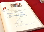Der Eintrag von Ministerpräsident Dr. Markus Söder in das Goldene Buch der Stadt Neusäß.