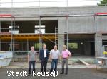 Besichtigung der Baustelle der neuen Schlammentwässerungsanlage in der Kläranlage Hirblingen mit Michael Hintermayr, Richard Greiner, Xaver Golling und Gerald Adolf.