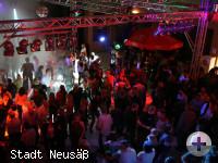 Feiernde und tanzende Menschen in der Stadthalle Neusäß. Foto: Stadt Neusäß