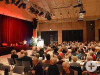Sehr gut besucht war der vorweihnachtliche Seniorennachmittag der Stadt Neusäß. Erster Bürgermeister Richard Greiner begrüßte die Neusässer Seniorinnen und Senioren.