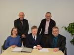 Unterzeichnung des Betriebsträgervertrages (v.l.): Anka Leiner (Geschäftsführerin ekita.net), Herbert Zimmermann (Bauamt Stadt Neusäß), 1. BGM Richard Greiner, Josef Hoppe (Ordnungsamt) und Matthias Krauß (Geschäftsführer ekita.net).