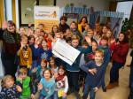 """Neusässer Schülerinnen und Schüler übergeben einen Scheck an das Kinderhospiz """"Löwenmut"""" in Südafrika."""