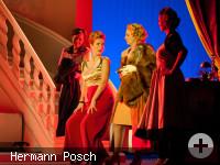 Vier Damen stehen an einer Treppe