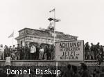 Fotografie des bekannten Fotografen Daniel Biskup - Öffnung der Grenze in Berlin am Brandenburger Tor.