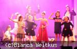 Eine Gruppe Kinder tanzt