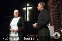 Nonne mit Rosenkranz und Pfarrer