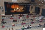Publikum mit Abstand beim Öffnungs-Konzert der Stadthalle mit Sandro Roy und Joachim Holzhauser.