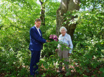 Erster Bürgermeister Richard Greiner bedankte sich vor Ort auf der Schenkungsfläche vor der Blutbuche mit einem Strauß Blumen bei der Westheimer Bürgerin Ilse Demuth.