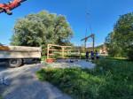 Der Bienenpark-Pavillon wird aufgebaut.