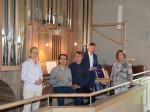 Vor der Orgel: v.l.n.r.: Pfarrerin Stephanie Heiß, Alexander Pfeifer (Trompete), Frank Zimpel (Orgel), 1. BGM Richard Greiner und Erika Böhler vom Partnerschaftsverein Neusäß-Markkleeberg.