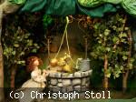 Szene aus dem Märchen Froschkönig. Prinzessin mit Frosch am Brunnen.