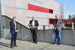 Bürgermeister Richard Greiner, Harald Güller und Achim Binanzer freuen sich über die neuen Instrumente (v.l.n.r.)