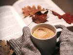 Buch mit Herbstlaub und Kaffeetasse. Bild: pixabay