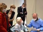 Erna Hedke, 103 Jahre und älteste Bürgerin von Neusäß, mit dem Neusässer Bürgermeister Richard Greiner (m.) sowie Schwiegertochter und Pflegerin (l.) unmittelbar vor der Impfung.