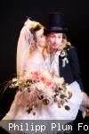Bräutigam mit Braut auf dem Arm