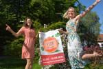 Veronika Wanninger (l.) und Tanja Demharter (r.) vom kulturbüro präsentieren das Programm SommerTAGE im Ägidiuspark.