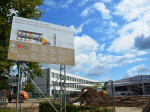 Hier entsteht ein moderner Neubau mit Betreuungsräumen für die Offene Ganztagsschule.
