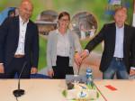 """Thomas Meier (Geschäftsführer TNB), Jana Freymann (Betriebsleiterin Titania) und 1. BGM Richard Greiner feiern das 20-jährige Jubiläum mit einer """"Titania-Torte""""."""