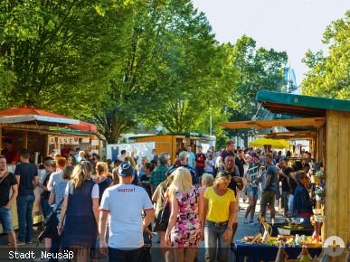 Besucher schlendern durch die Festzone. Foto: Stadt Neusäß