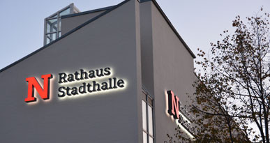 Ansicht auf den beleuchtetenden Schriftzug Rathaus und Stadthalle. Foto: Stadt Neusäß