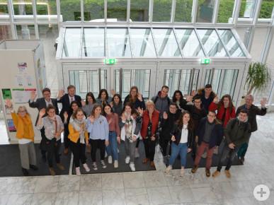 Erster Bürgermeister Richard Greiner empfängt Schülerinnen und Schüler und zwei Lehrkräfte aus Bressuire/Frankreich im Rathaus.
