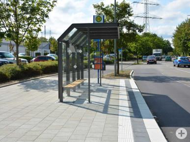Barrierefreie Bushaltestelle in der Lohwaldstraße.