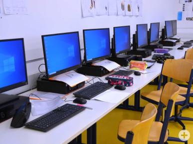 Klassenzimmer mit Computern.